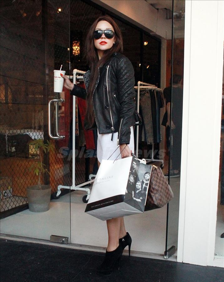 Amanda Bynes spent two and a half hours changing clothes in a West Hollywood boutique before jumping in a cab
